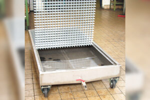 Fahrbare Edelstahl-Waschwanne mit GFK-Rost