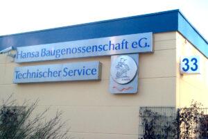 Blau beleuchtetes Firmenschild mit Firmenlogo