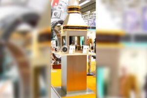 Edelstahl-Display für eine Messe mit kundenseitigen Bauteilen