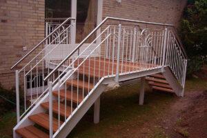 Terrassengeländer mit Treppe für ein Einfamilienhaus